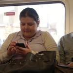 Исследование: мужчины в два раза чаще залазят в телефоны своих подруг